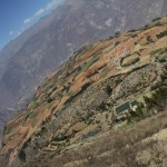 Le village de Hualcayan, point de départ de ce trek, s'éloigne petit à petit (© Jérôme Decoster).