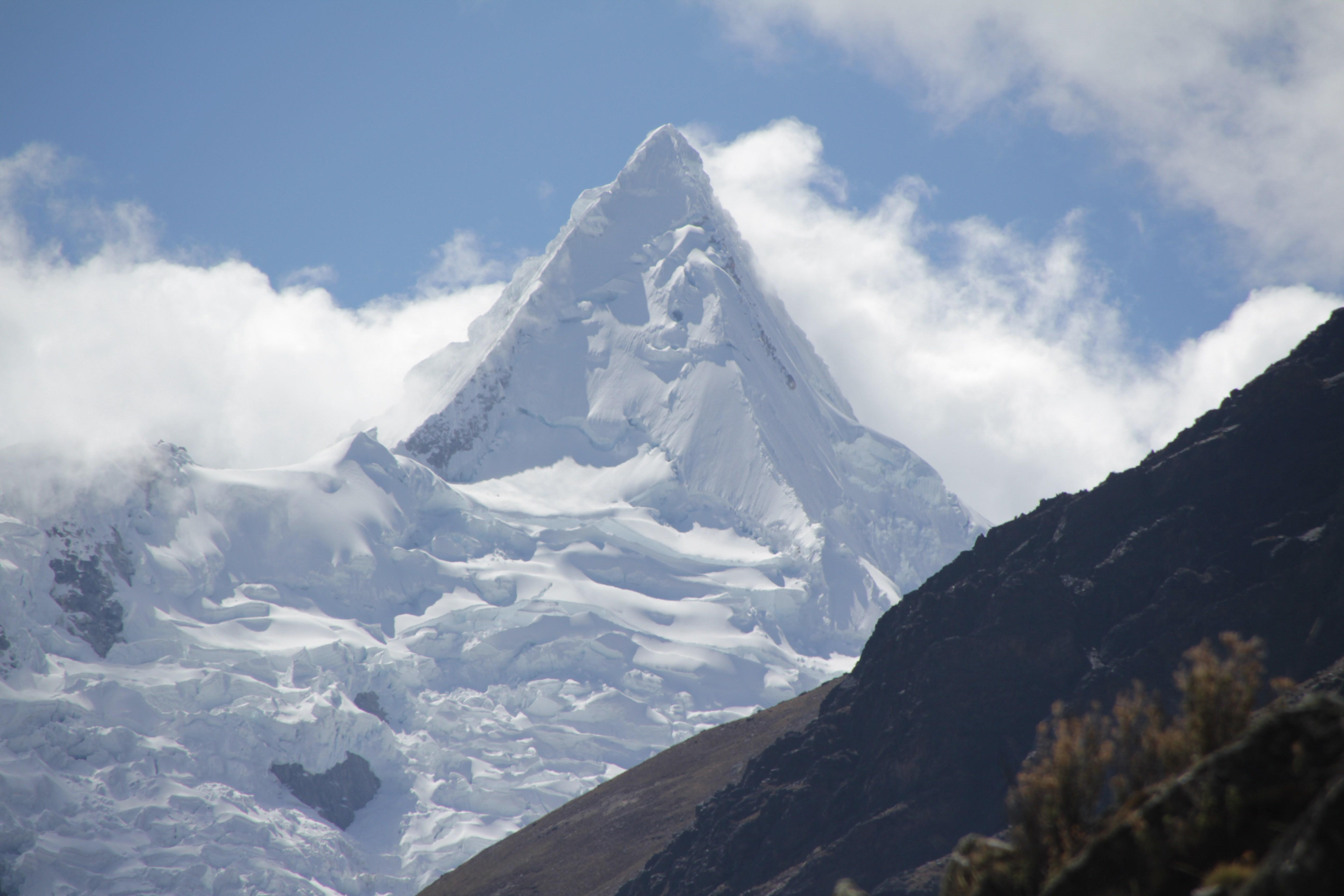 L'Alpamayo, culminant à 5 947 m d'altitude, a été élue plus belle montagne du monde en 1966 (© Jérôme Decoster).