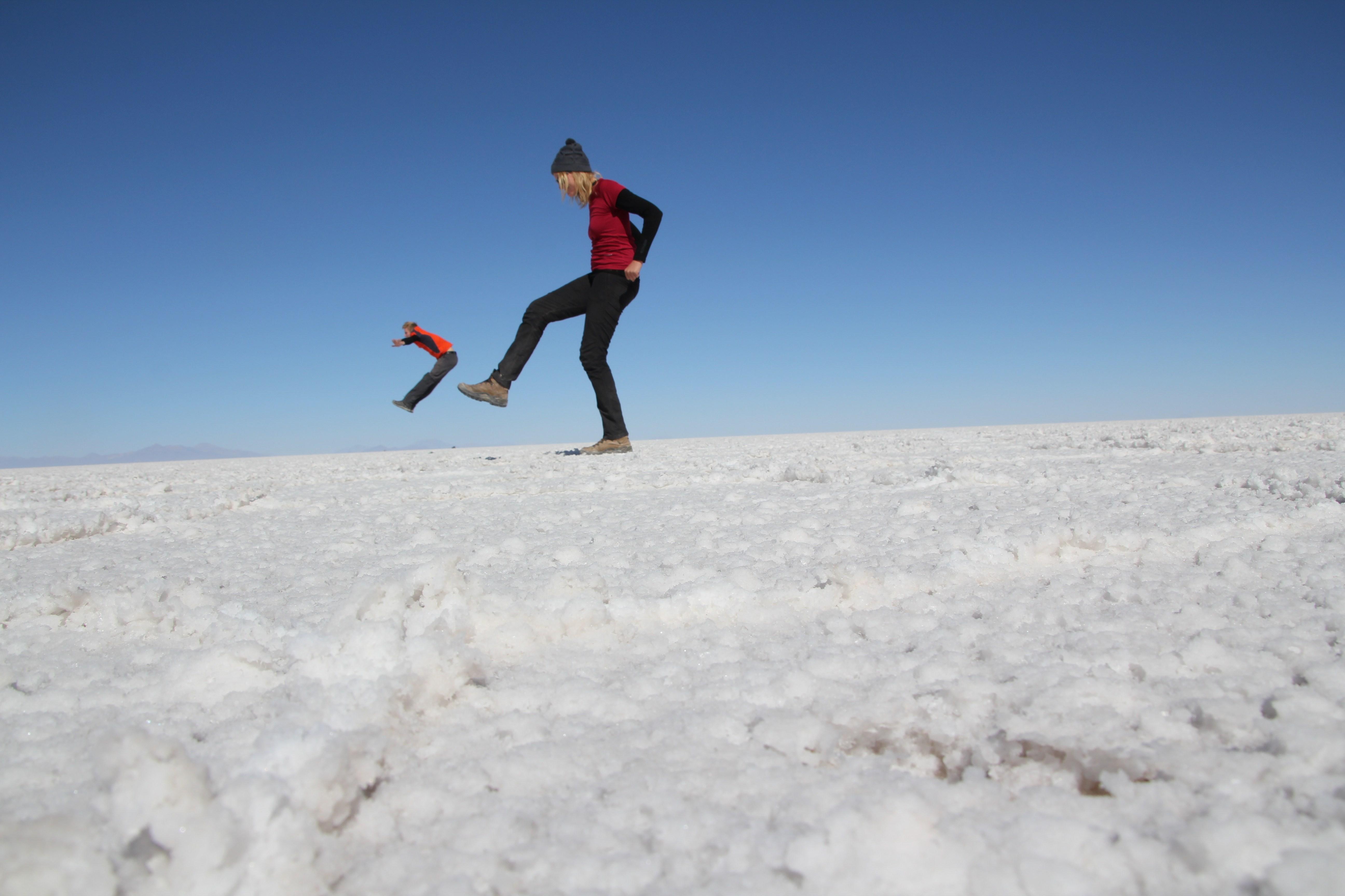 Le désert de sel d'Uyuni se prête à quelques jeux d'illusion !