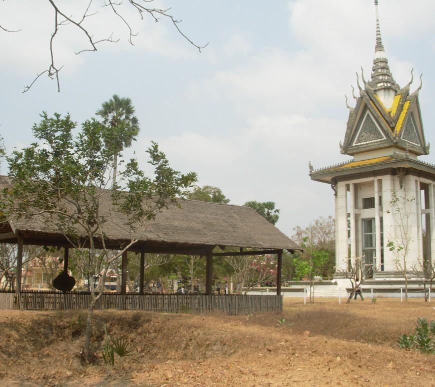 """Les terribles """"Killings Fields""""de Choeung Ek et le stupa (à droite), qui contient les crânes de nombreuses victimes, classés selon la méthode d'exécution infligée par les Khmers rouges (cc by Jacques Beaulieu)."""