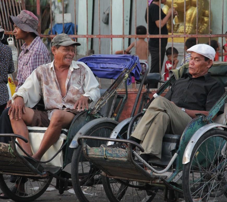 Entre deux promenades en rickshaw (tricycle qui permet de transporter les touristes), les hommes prennent une pause (© Jérôme Decoster).