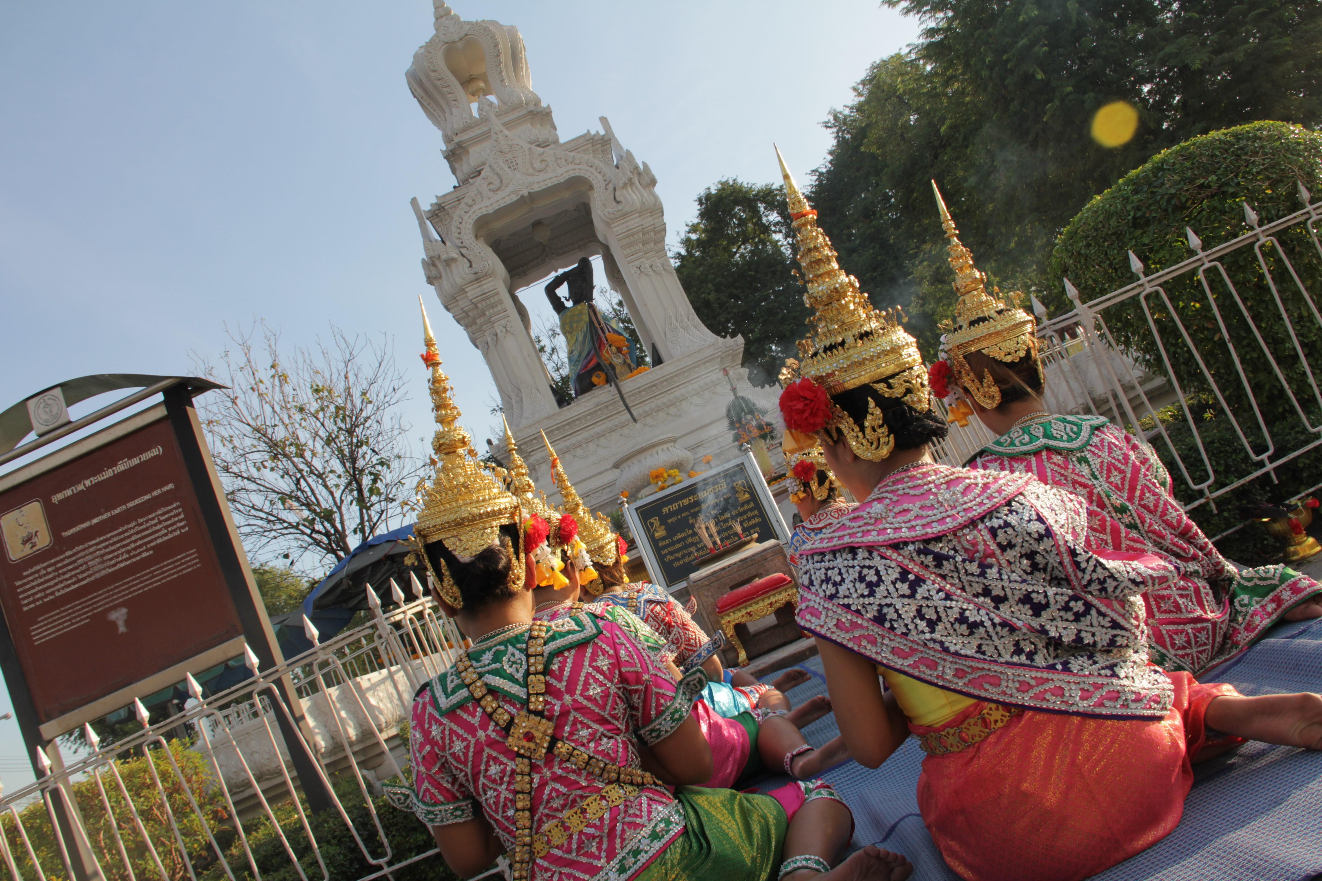 Dans le quartier royal, des Thaïlandaises rendent hommage à Thokkathan. Cette divinité, érigée en 1917, devait faciliter l'accès de la population à l'eau potable. (© Jérôme Decoster).