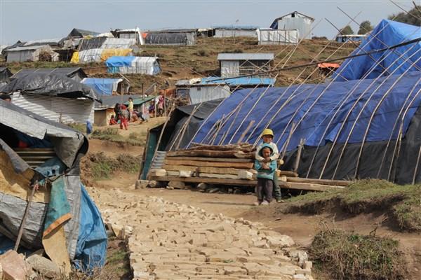 Des dizaines d'ONG ont déposé leurs bâches à Gupsi, peut-être le futur lieu de vie des Laprakis.