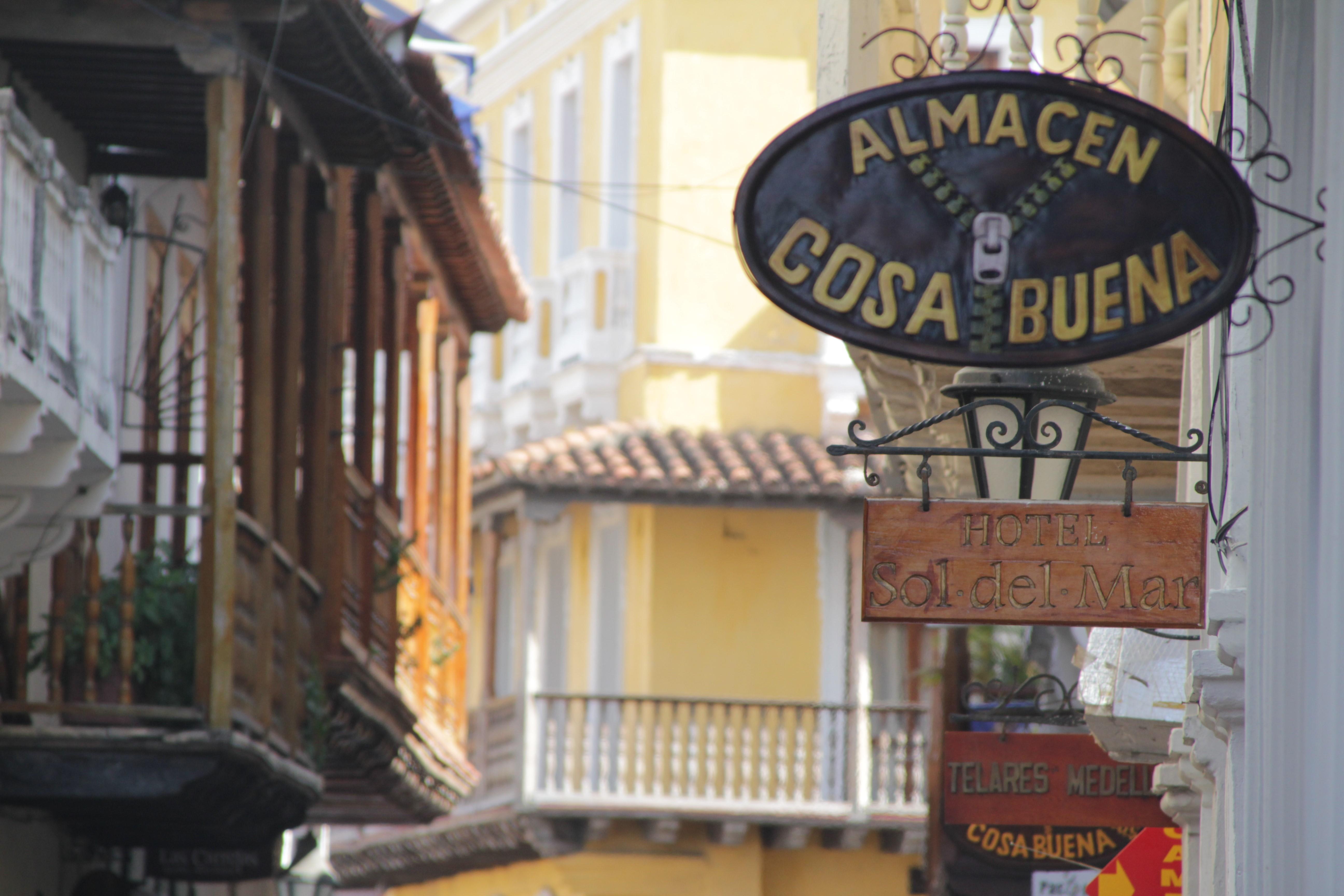 Les hôtels et les magasins ont pignon sur rue dans le centre de Carthagène (© Jérôme Decoster).