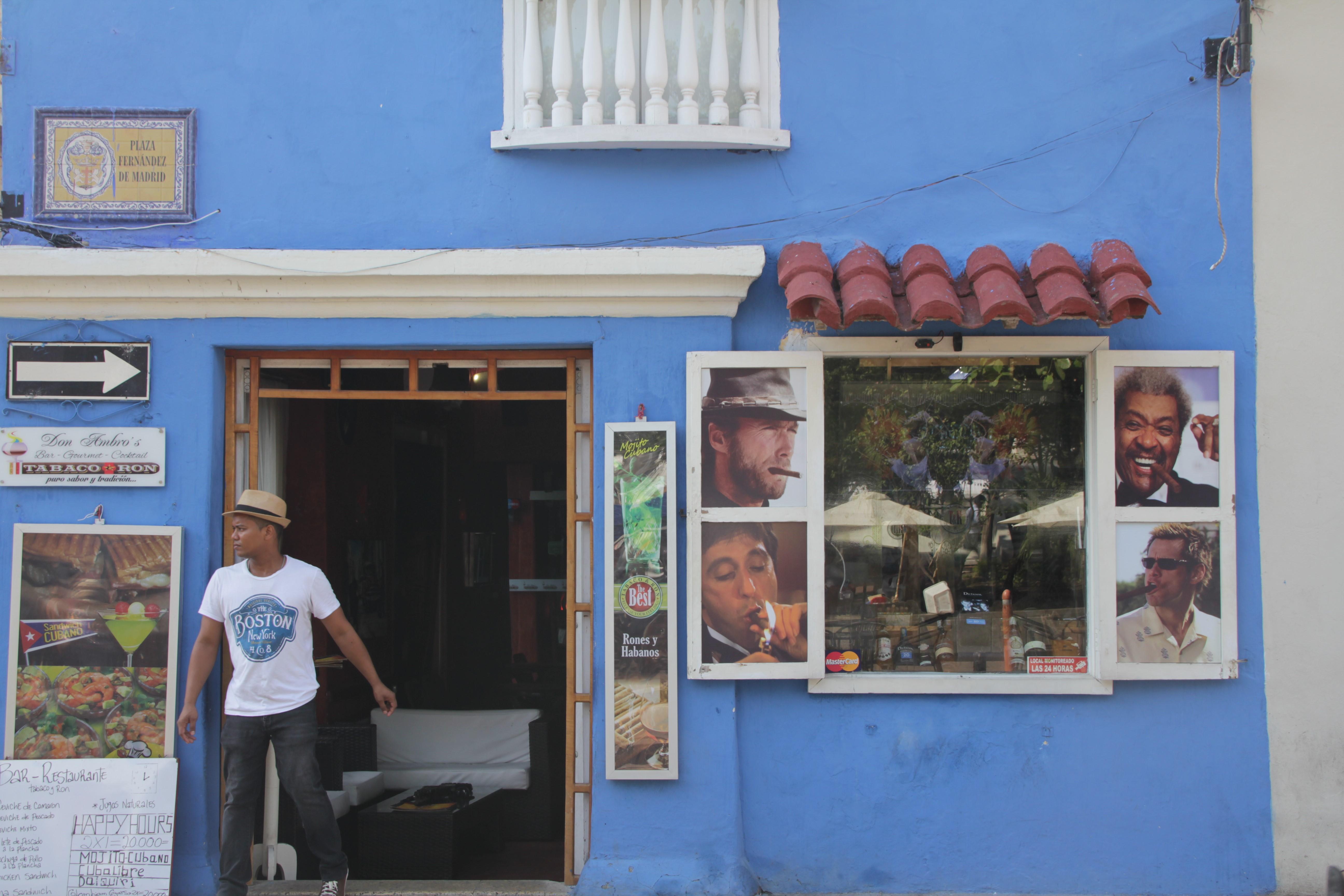 Un bistrot cubain met des vedettes fumant leur gros cigare en vitrine (© Jérôme Decoster).