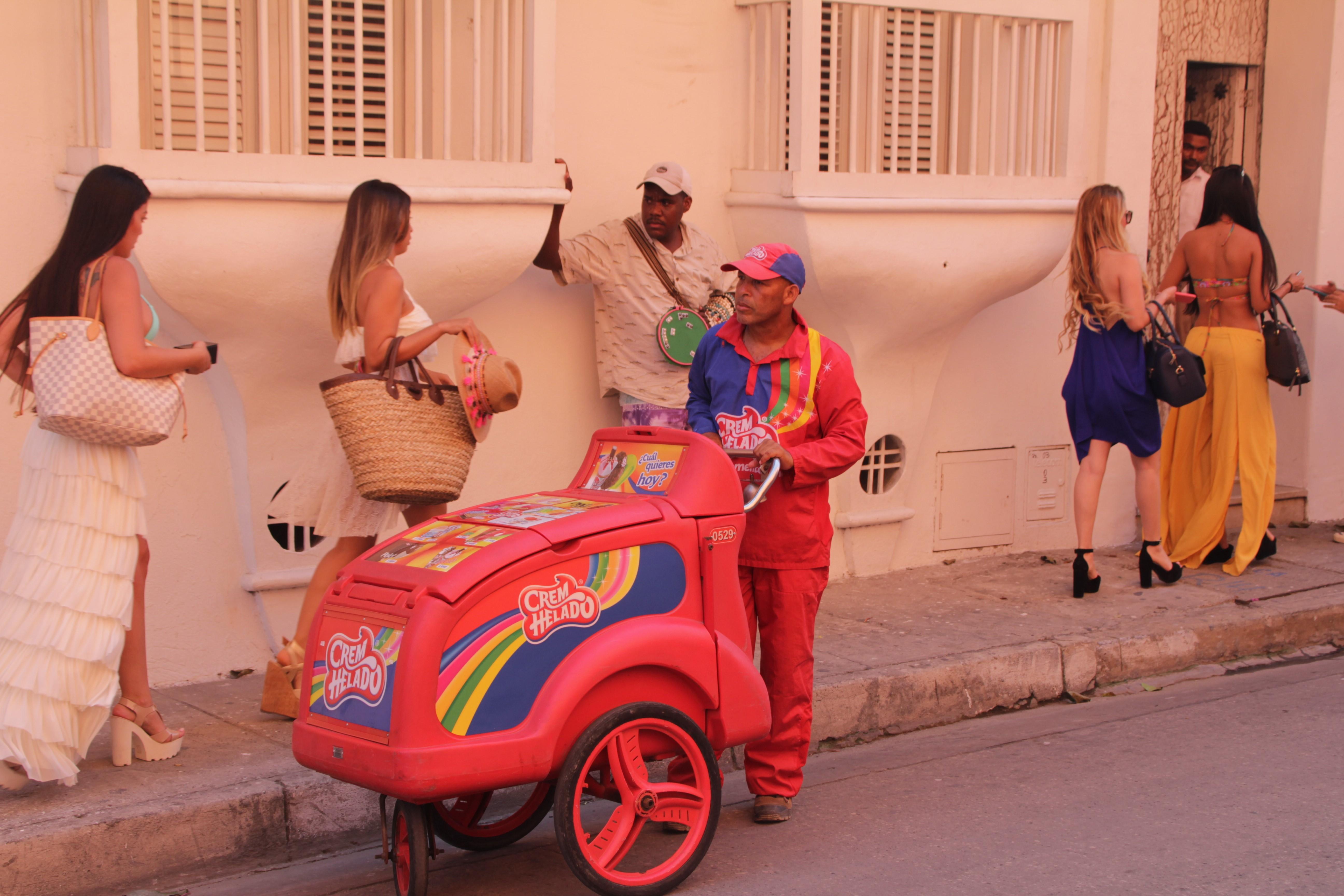 Ces danseuses de cabaret perturbent les vendeurs (© Jérôme Decoster).