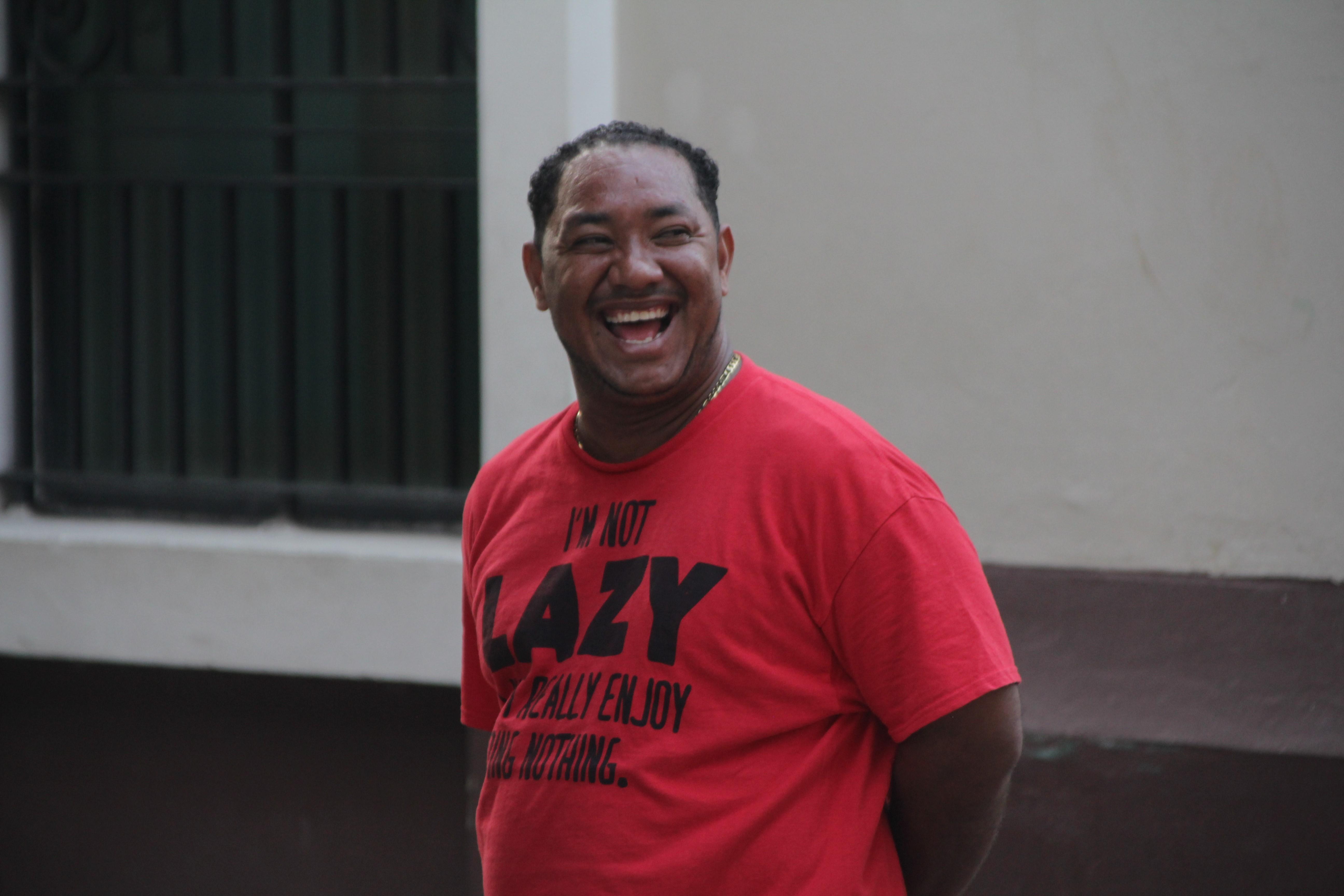 Sur le tee-shirt de cet homme : « Je ne suis pas paresseux c'est juste que j'adore vraiment ne rien faire » (© Jérôme Decoster).