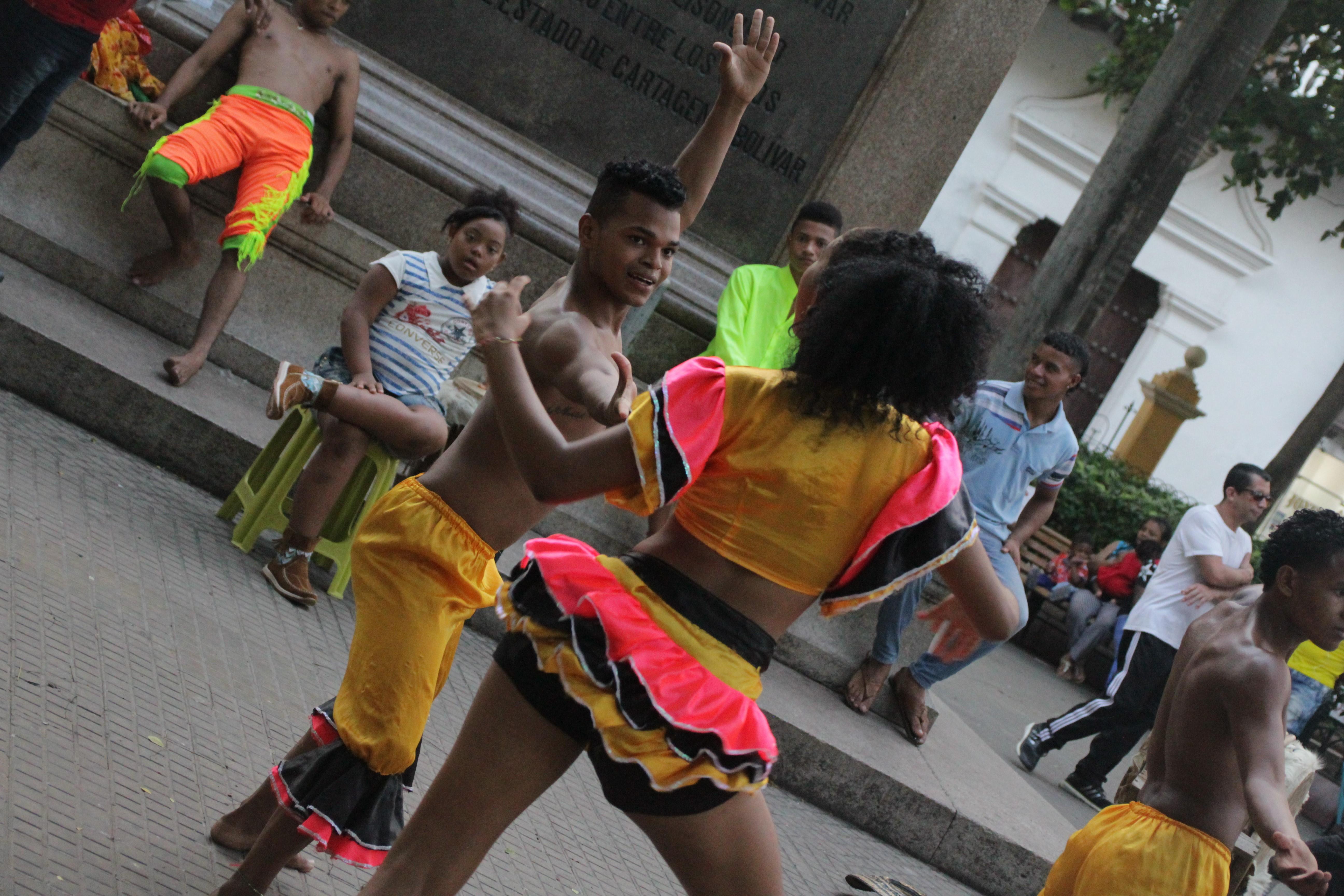 La vie de Carthagène est animée par de nombreux groupes de musique et de danse à toute heure de la journée (© Jérôme Decoster).