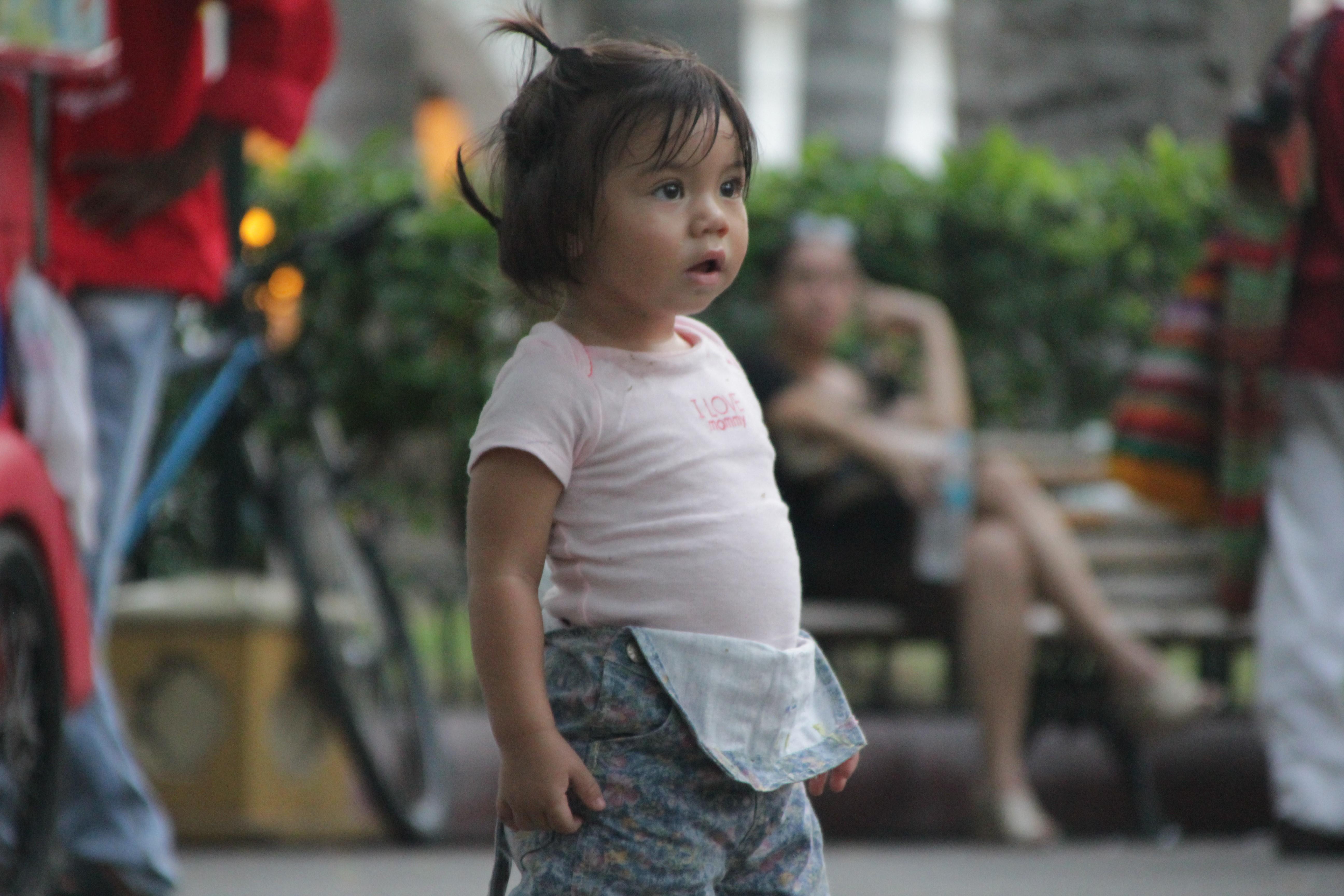 Un spectacle qui laisse cette petite fille bouche bée (© Jérôme Decoster).