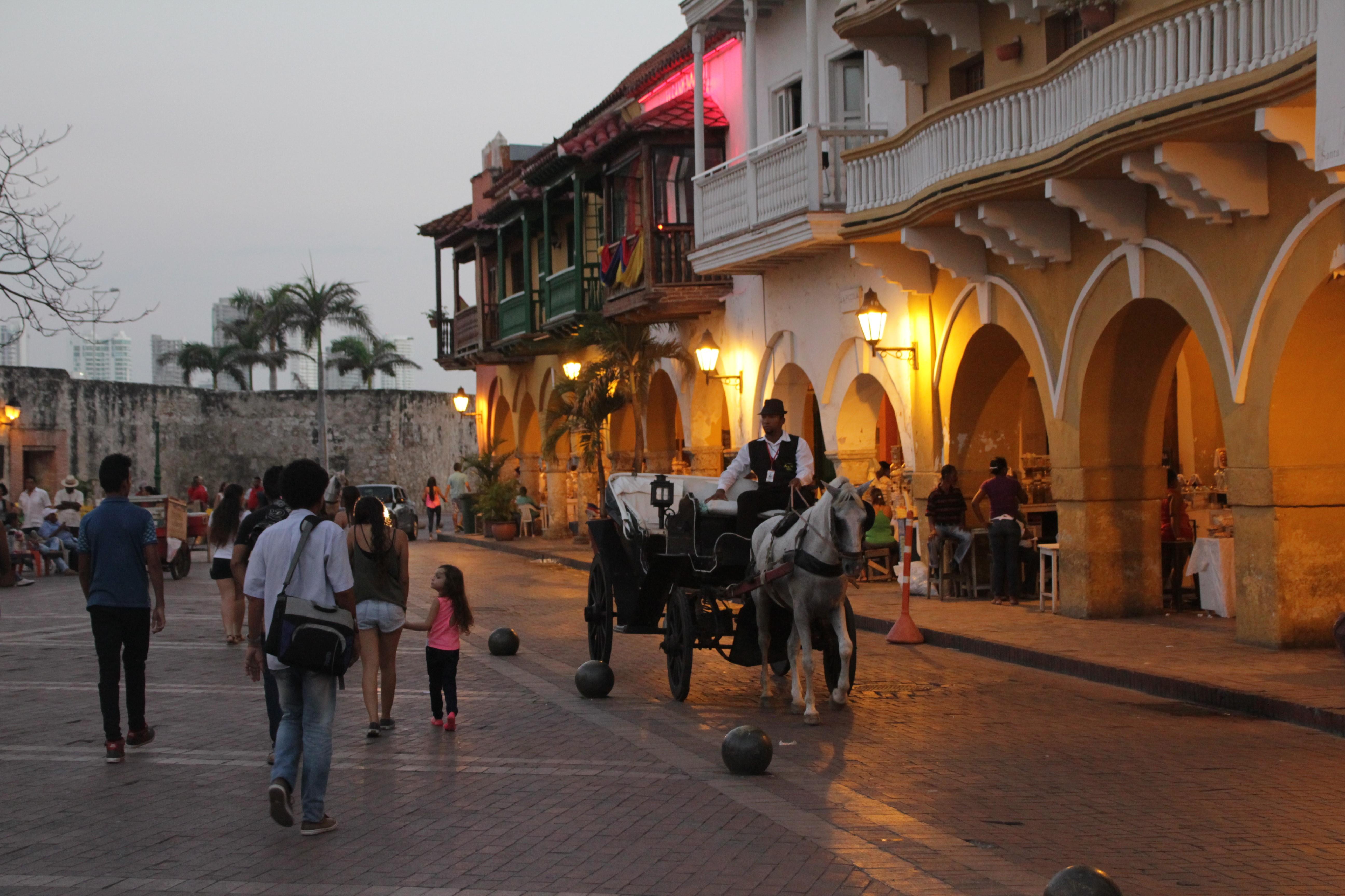A la tombée de la nuit, les cochers proposent encore aux touristes de leur faire visiter la ville (© Jérôme Decoster).