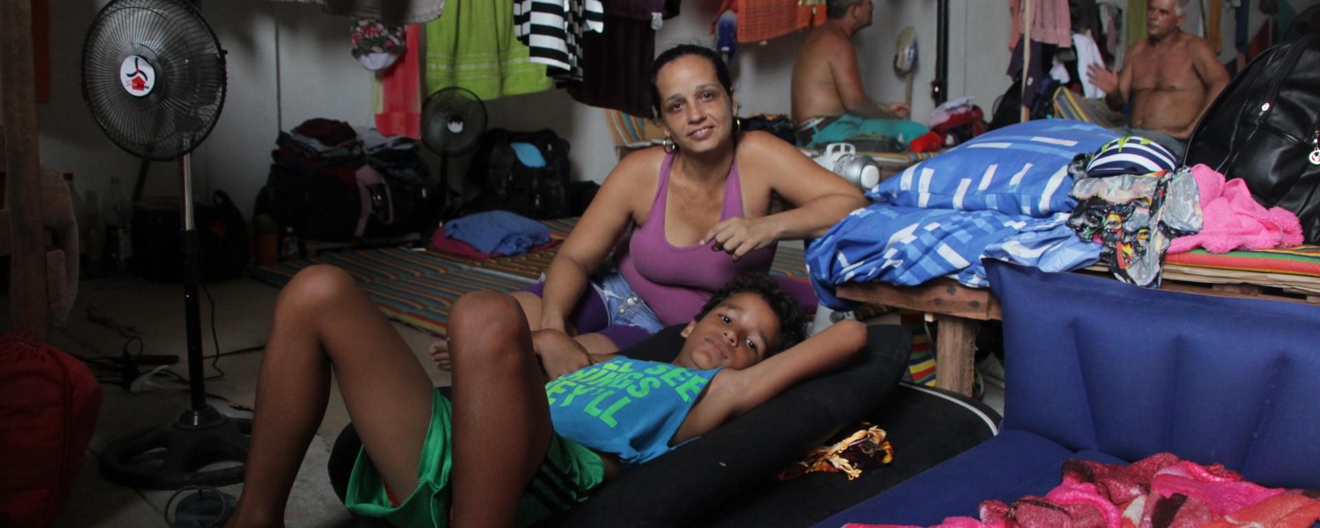Lisbet et son fils Ronaldo font partie des quelque 600 Cubains bloqués dans ce local de Turbo, à la frontière avec le Panama.