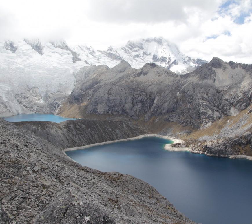 Point culminant de ce trek, à 4 980 m d'altitude, les lacs embrassent le glacier (© Jérôme Decoster).