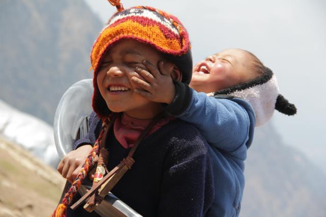 Népal. A Gupsi, près de l'épicentre du séisme qui a ravagé leur village un an plus tôt, deux frères s'amusent. Avril 2016, © Jérôme Decoster.